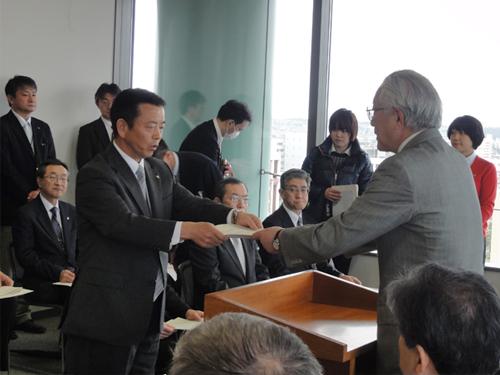 堀井副知事より各学校長へ指定証の交付