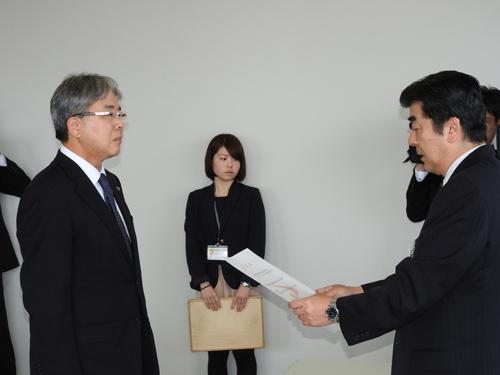 指定証交付(バスケットボール女子 湯沢翔北高校長)