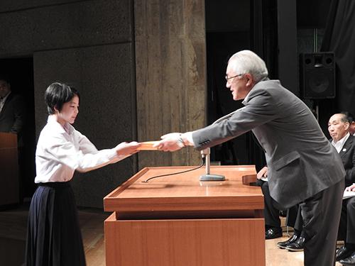 堀井副知事より各競技代表者へ指定証の交付