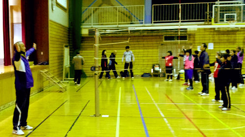 鈴木弘之会長(おおたスポーツクラブ)の先導による試合開始前のラジオ体操