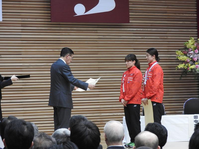 佐竹知事から表彰を受ける両選手