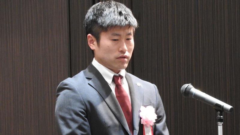 受賞者代表挨拶の北都銀行バドミントン部監督佐々木さん