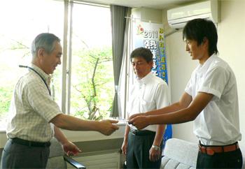 菅原選手へ激励費の授与