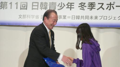 「鈴木会長から韓国選手団へ記念品の贈呈」
